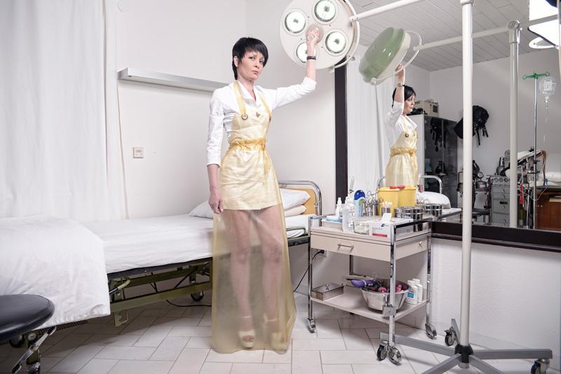Domina erzieht sklaven in nylons und high heels 5
